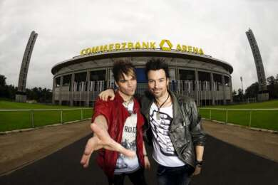 Ehrlich-Brothers_vor_Stadion_copyright_Sebastian Konopik v