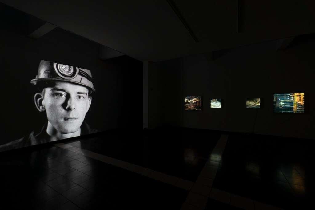 Installationsansicht der Ausstellung 'Helmpflicht', Gartensaal mit Arbeiten von Ben Russel und Işik Kaya, Foto: Kunsthalle Darmstadt, 2019