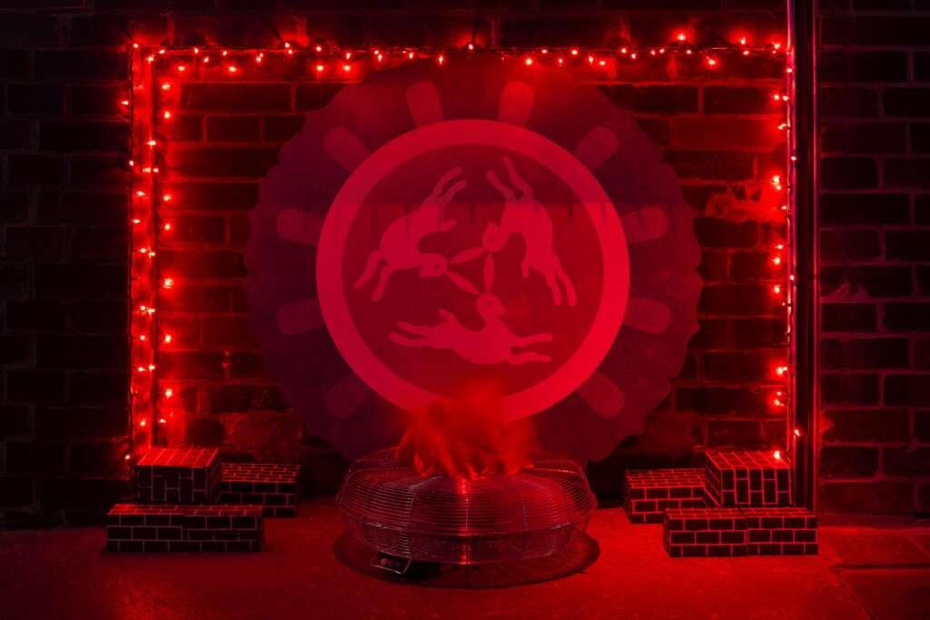 """Flames of Hell (Red)"" der amerikanischen Künstlerin Bunny Rogers"