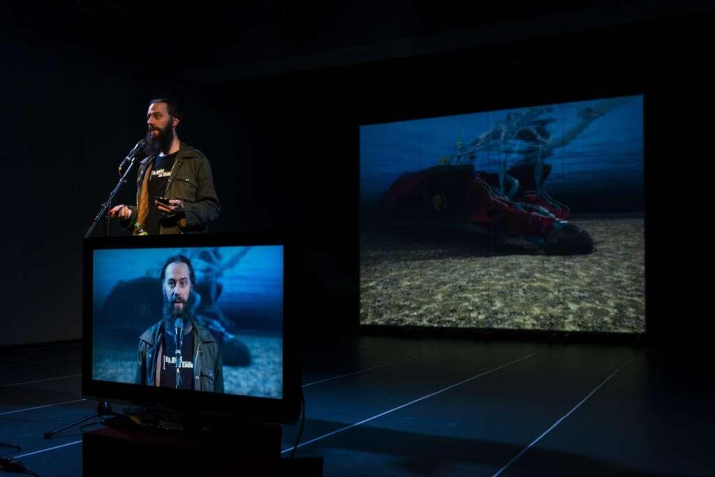 """Szenenfoto aus der """"Es ist zu spät""""-Performance von Arne Vogelgesang (internil). Die Fortsetzung ist Teil des Impulse Theater Festivals"""