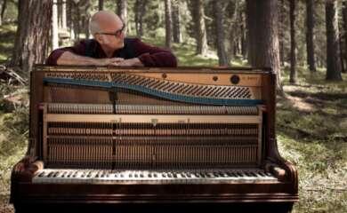 Ludovici Einaudi spielt