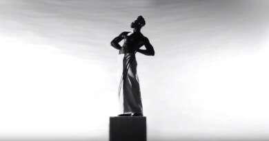 Moses Sumney im Video zu Monumental mit Designer Thom Brown
