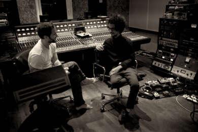 Omar Rodríguez-López mit Johan Scheerer in den Clouds Hill Studios bei den Sessions zu The Clouds Hill Tapes