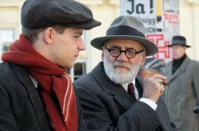 """Bruno Ganz und Simon Morzé in """"Der Trafikant"""""""