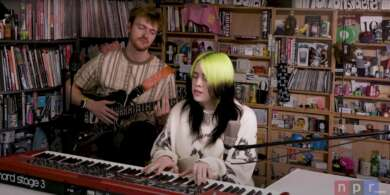 Billie Eilish und FINNEAS gemeinsam beim NPR Tiny Desk Concert.