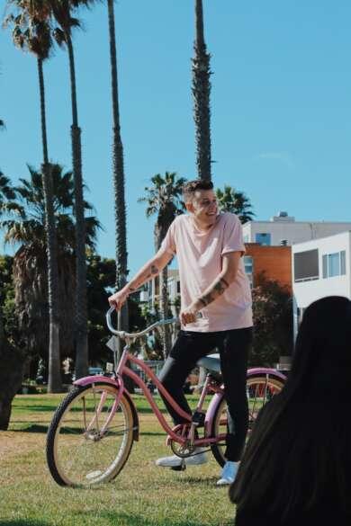 """Dylan Dunlap mit einem Fahrrad vor Palmen im Video zu """"Seriously"""""""