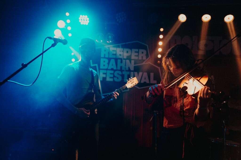 Die britische Band Black Country, New Road gibt ein Konzert beim Reeperbahn Festival 2019.