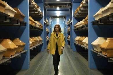 """Anke Engelke läuft einen Gang entlang. Bild aus der Sendung """"Das letzte Wort."""