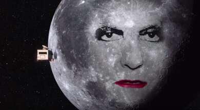 Die Gorillaz fliegen im Wohnmobil auf den Mond zu, der das Gesicht von Robert Smith trägt