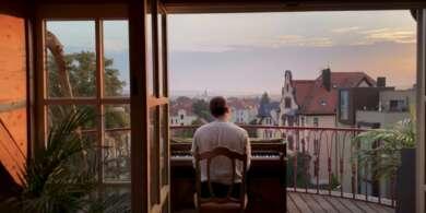 """Martin Kohlstedt ist im Video zu """"PAN""""auf seinem Balkon zu sehen."""