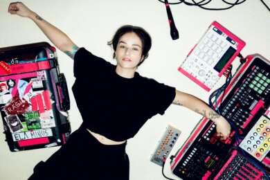 Ela Minus mit ihrem Equipment