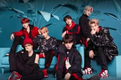 BTS posieren vor einem blauen Hintergrund