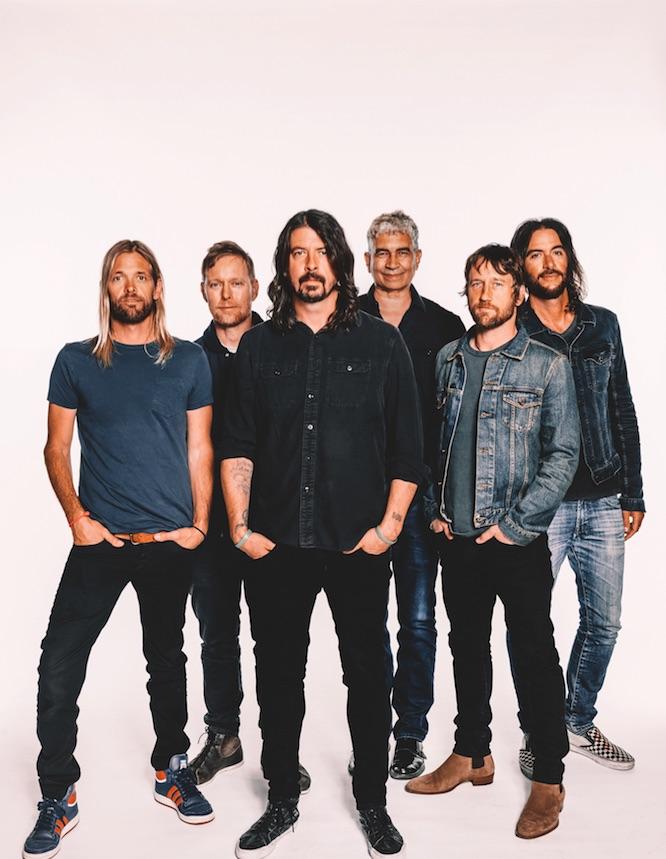 Foo Fighters Cremefarbener Hintergrund Sechs Männer Jeans