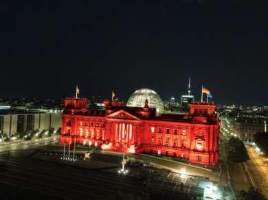 Bei einer früheren Protestaktion, der Night of Light, hat #AlarmstufeRot wichtige Gebäude in rotes Licht getaucht.