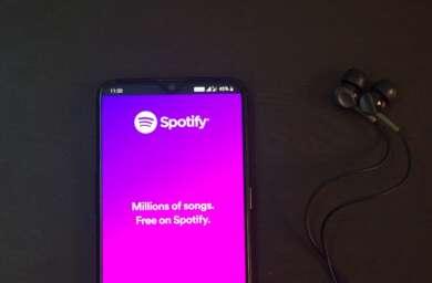 Ein Smartphone mit Werbung von Spotify