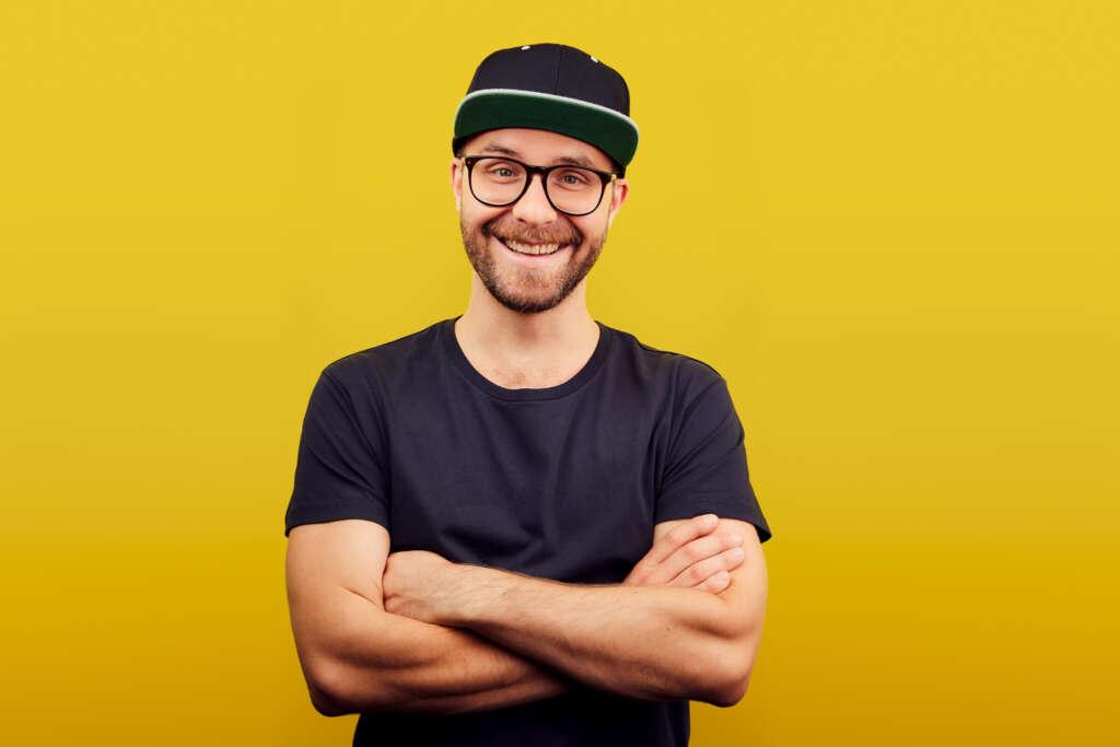 Mark Forster vor einem gelben Hintergrund