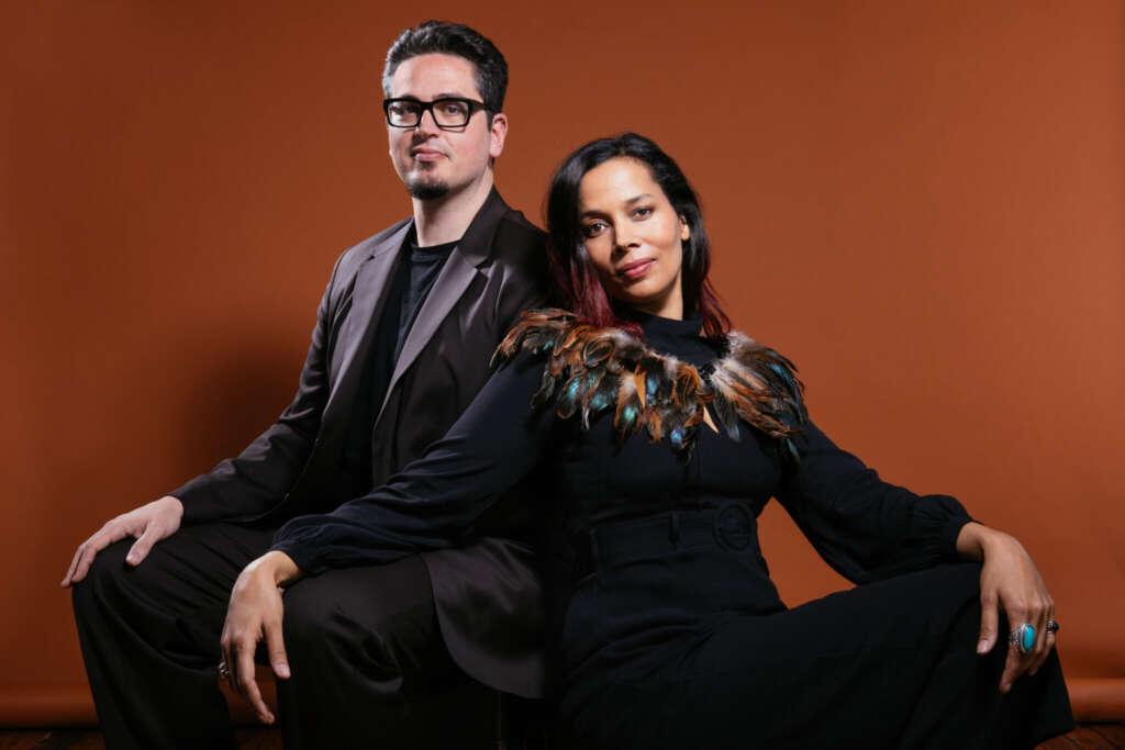 Rhiannon Giddens und Francesco Turrisi vor einem braunen Hintergrund