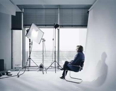 Alles, was noch nicht gewesen ist, ist Zukunft, wenn es nicht gerade jetzt ist. Andreas Mühe, Merkel Porträt Studio, 2011