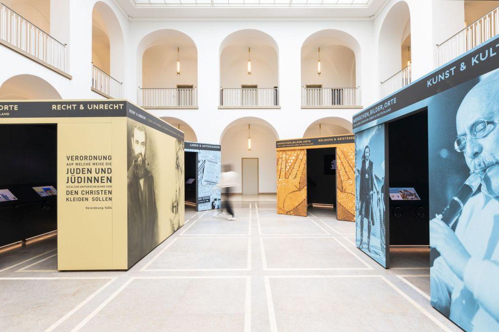 Ausstellung Foyer Weiße Wänder Stände