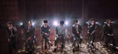 """BTS auf einer Bühne beim Covern von """"Fix You"""""""