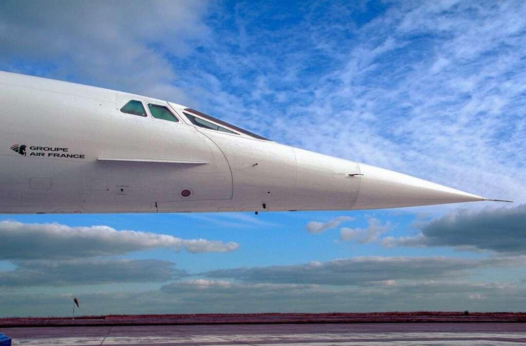 Die Schnauze des Concorde-Flugzeuges vor blauem Himmel
