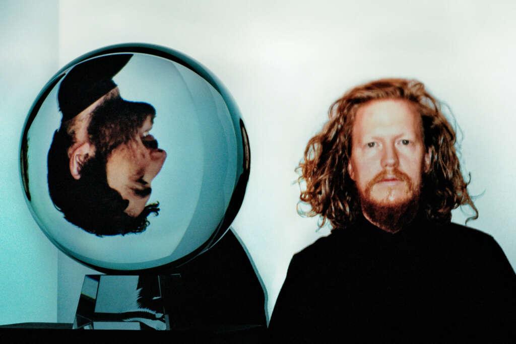 Portrait Darkside, Nicolás Jarr in Glaskugel steht auf dem Kopf