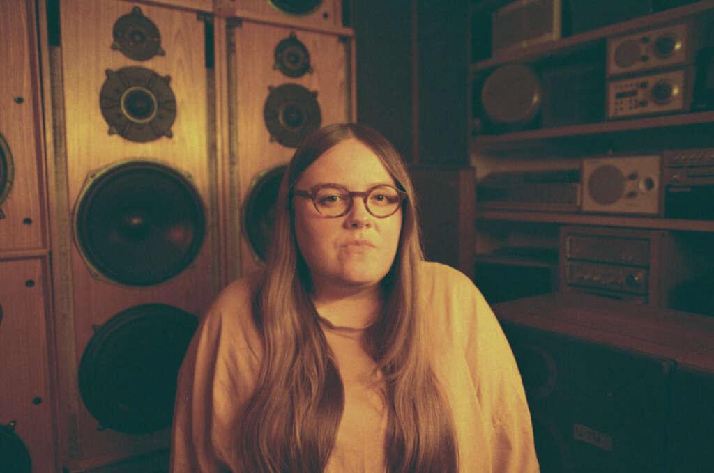 Portrait Emma-Jean Thackray, sitzend im Studio