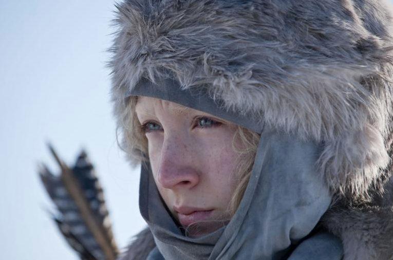 Wer ist Hanna? Szenenbild: Hanna (Saoirse Ronan) mit Pelzmütze und Pfeilköcher