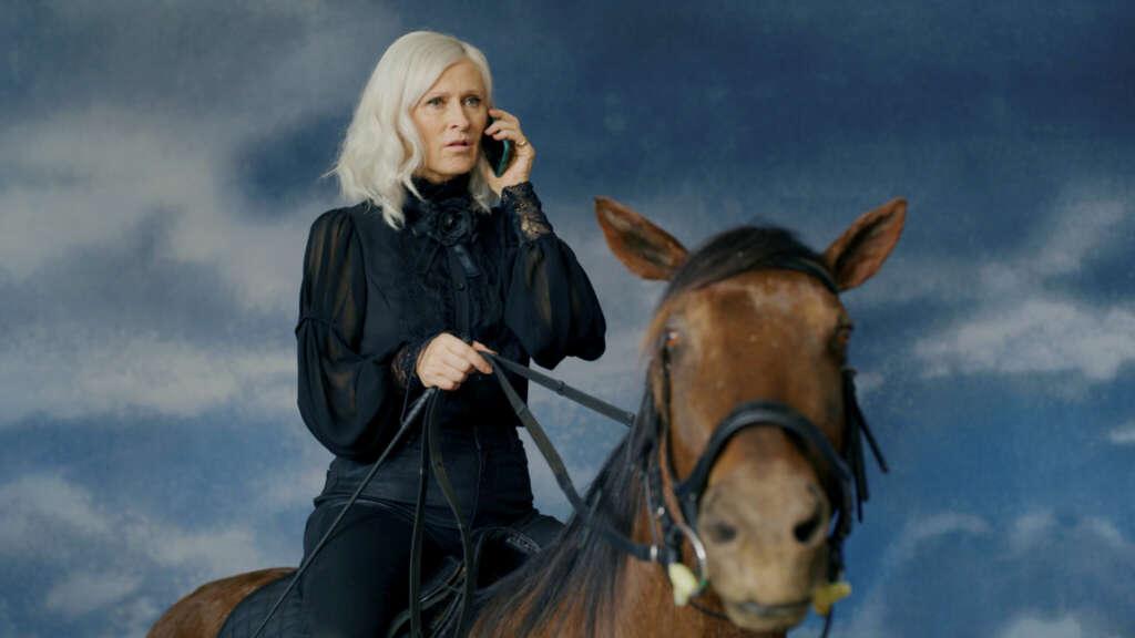 Ich und die anderen: Sophie Rois reitet ein totes Pferd.