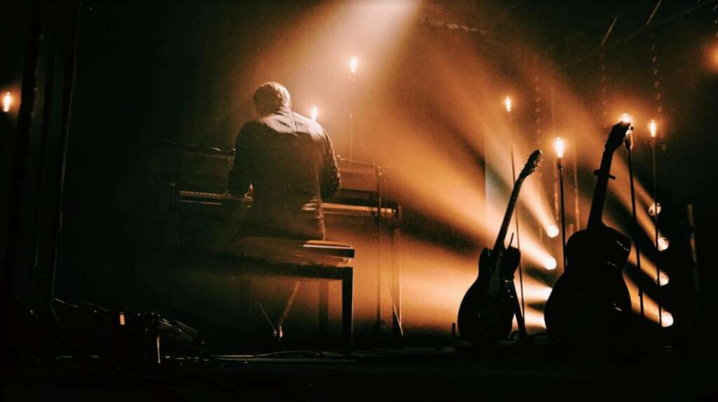 Pressefoto Low Roar: Ryan Karazija von hinten am Klavier