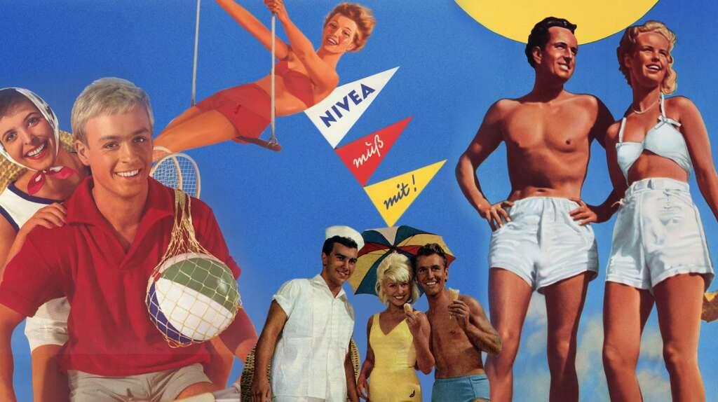 """""""ZDFzeit: Die Nivea-Story"""": Sieben gutgelaunte, braungebrannte Menschen in 50er / 60er Jahre Badeoutfits stehen vor einem blauen Himmel. Mittig eine Frau auf einem Trapez und eine Wimpelkette mit Aufschrift """"Nivea muß mit!""""."""