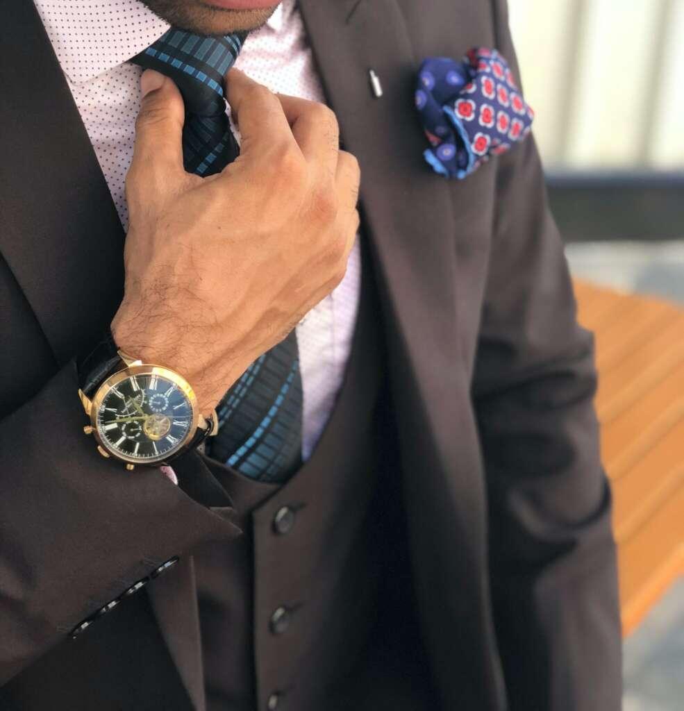 Mann uhr krawatte anzug hand
