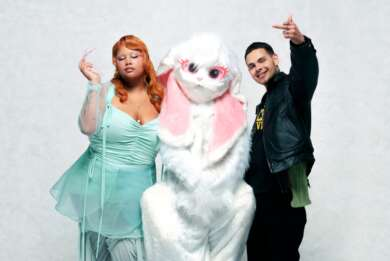Pressefoto von Shygirl und Slowthai gemeinsam mit einem Menschen in einem Hasenkostüm