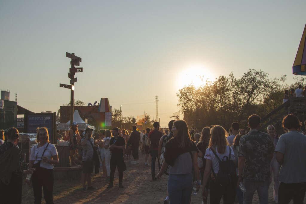 Vogelball Festival Menschenmenge Bäume Wegweiser Zelte Sonnenuntergang