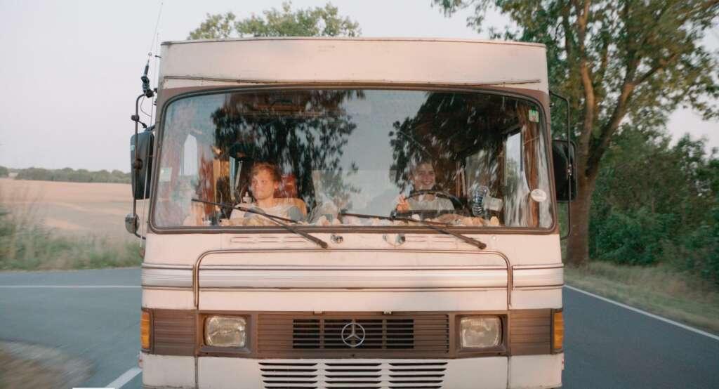 """Szenenbild aus """"303"""": Jan (Anton Spieker) und Jule (Mala Emde) fahren im Mercedes 303 Bus."""