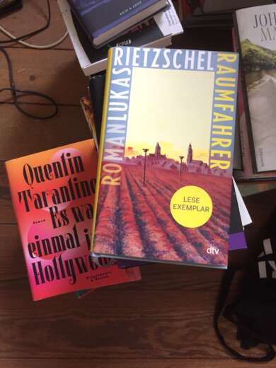 die besten Bücher im August 2021: Bücherstapel mit Quentin Tarantino und Lukas Rietzschel
