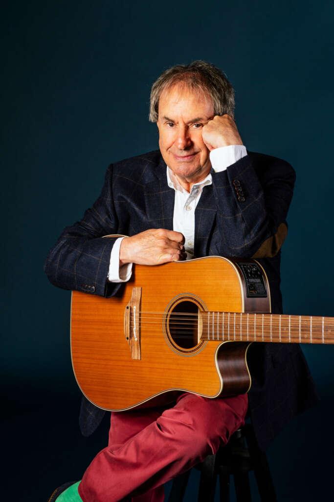 Portraitfoto Chris de Burgh mit Akustikgitarre
