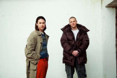 Portraitfoto: Das Duo Jungle vor einer weißen Wand