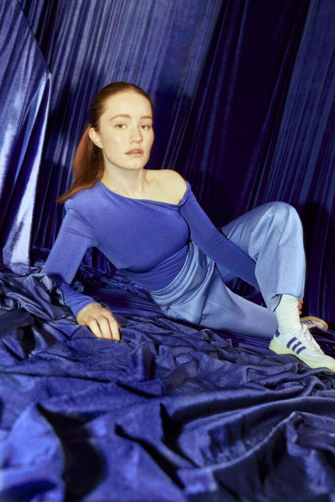 Frau Rote Haare Sneaker Blaue Kleidung