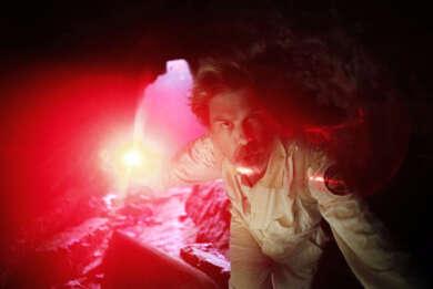 Angus Andrew alias Liars in einer Höhle mit seltsamen rotem Licht