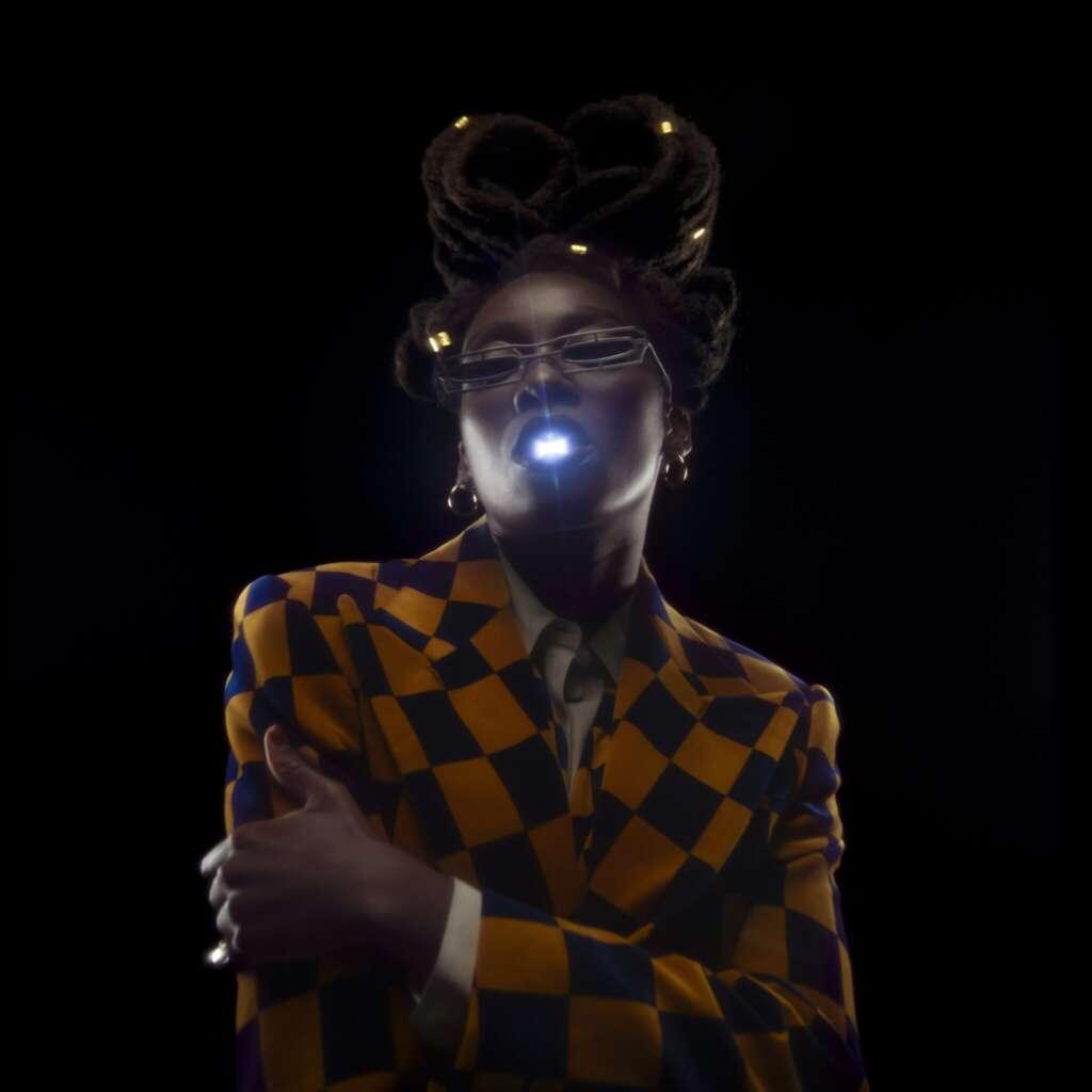 Little Simz Portrait mit Leuchtkugel im Mund