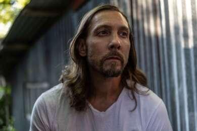 Mann Lange Haare Weißes Hemd Bart