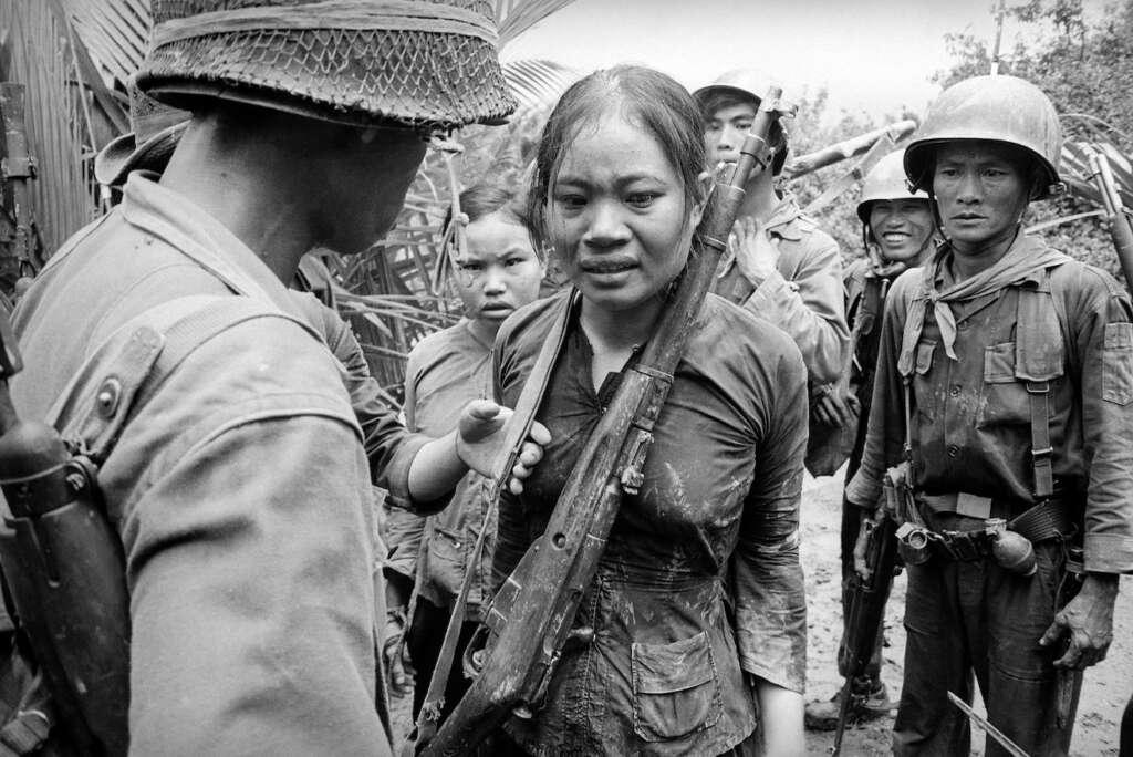 25. August 1965: Eine junge Soldatin, die verdächtigt wird, dem Vietcong anzugehören, wird von Anhängern der südvietnamesischen Armee zur Rede gestellt.