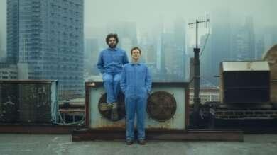 Holy Hive Zwei Männer Blaue Overalls Dach