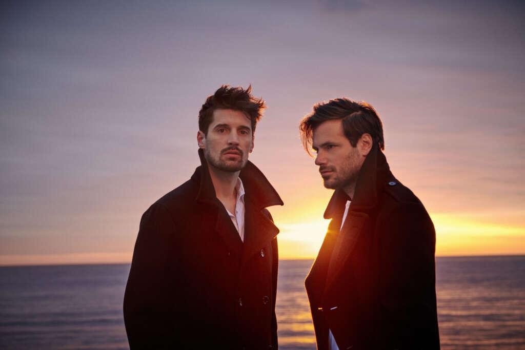 2 Cellos Bandmitglieder Vor Sonnenuntergang in Mänteln