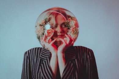 Lisa Pac Blauer Hintergrund Sakko Goldfischglas