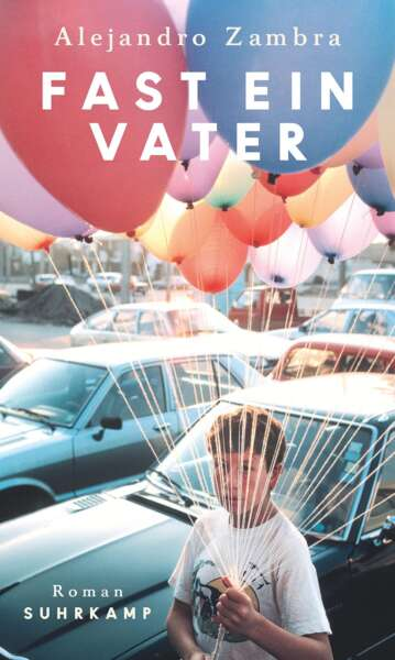 """Buchcover """"Fast ein Vater"""" von Alejandro Zambra, Junge mit Luftballons, Autos im Hintergrund"""