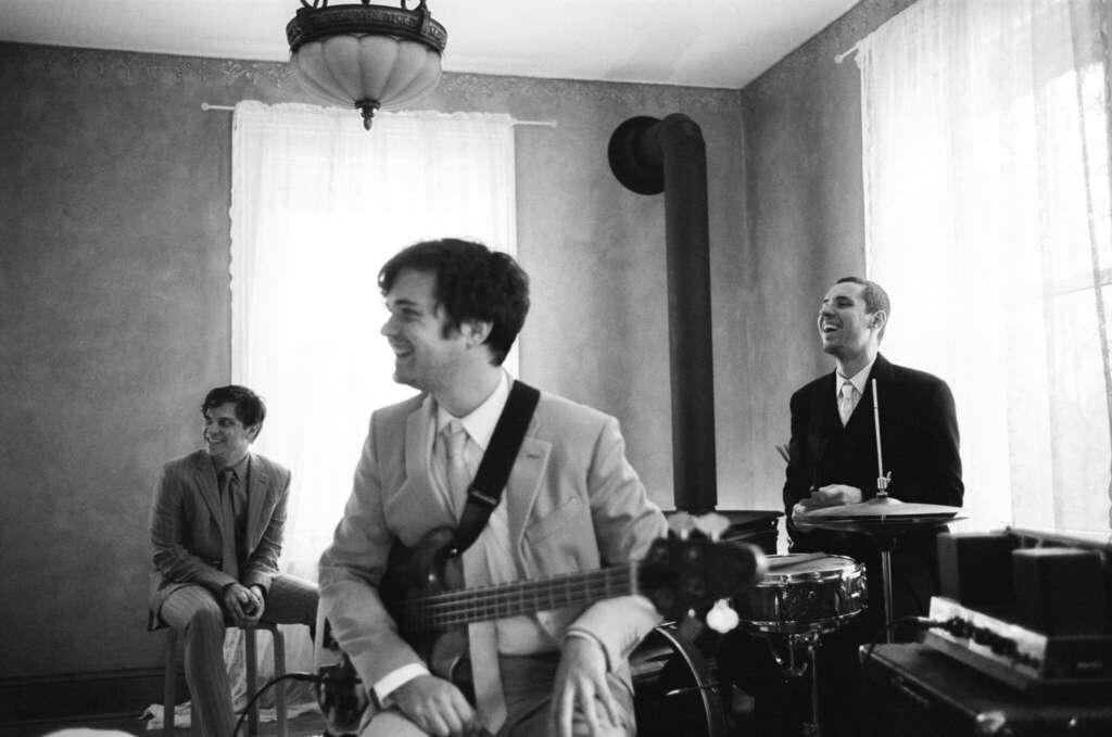 Die drei Bandmitglieder von Badbadnotgood in einem Wohnzimmer.