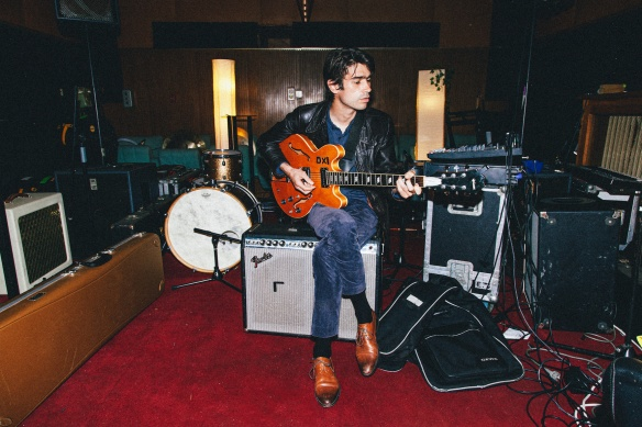 Nicolas Michaux mit E-Gitarre im Studio.